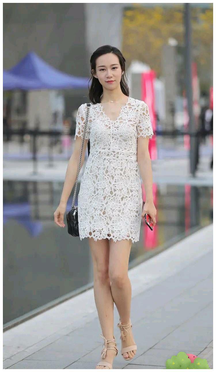 白色蕾丝连衣裙搭配高跟凉鞋,使女生甜美又减龄