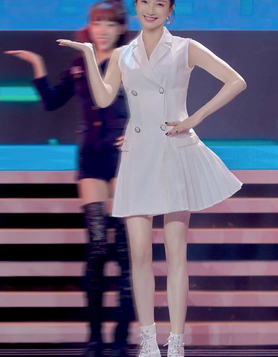 江疏影参加综艺跳无价之姐,白色连衣裙配马丁靴,超级时尚