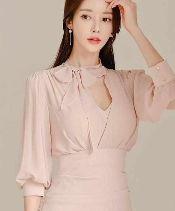 精致的飘带领结,为简洁的裙身增添了高贵优雅的气质
