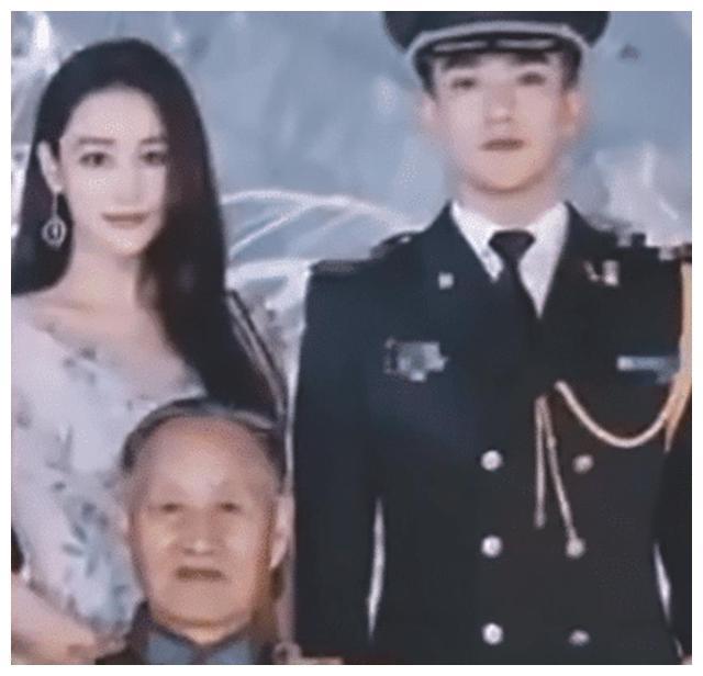 张馨予公开与何捷家人合影,何捷长相随爷爷,祖孙二人都是军人