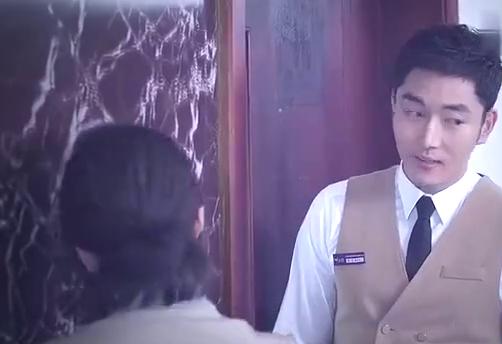 帅小伙从店长办公室出来,谁知被保洁盯上,开始怀疑他!