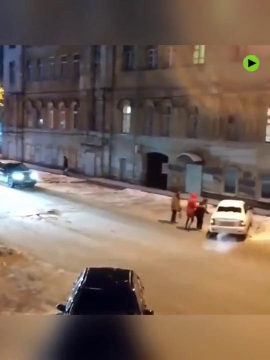 在街头,一辆汽车自己旋转了起来,简直就是爱的魔力转圈圈