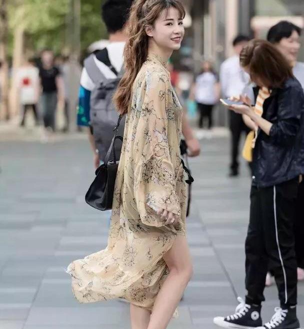 美女脚上一双高跟凉鞋,展现出很高级的气质