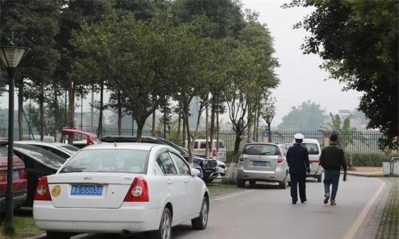 消防通道被私家车拦住,司机一脚油门强行通过:救火要紧!