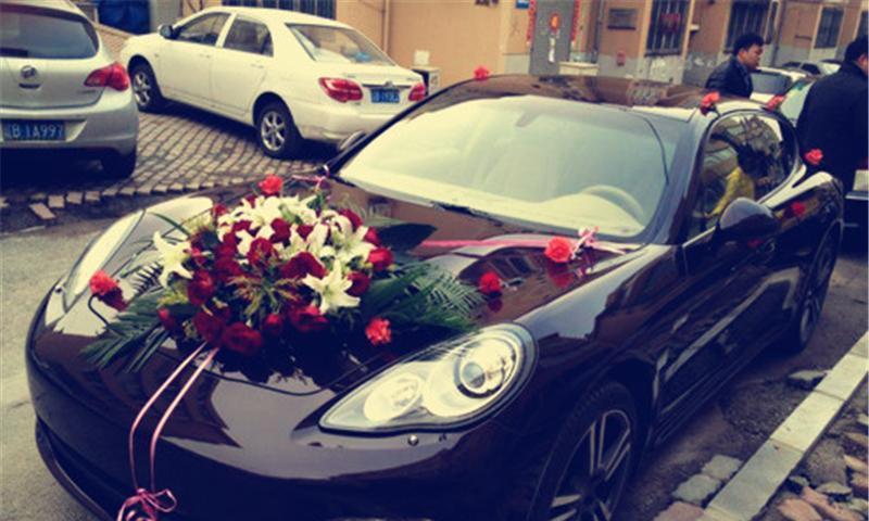 迈巴赫婚车出事故,车头撞上铁质路桩,维修费用让新人难以接受!