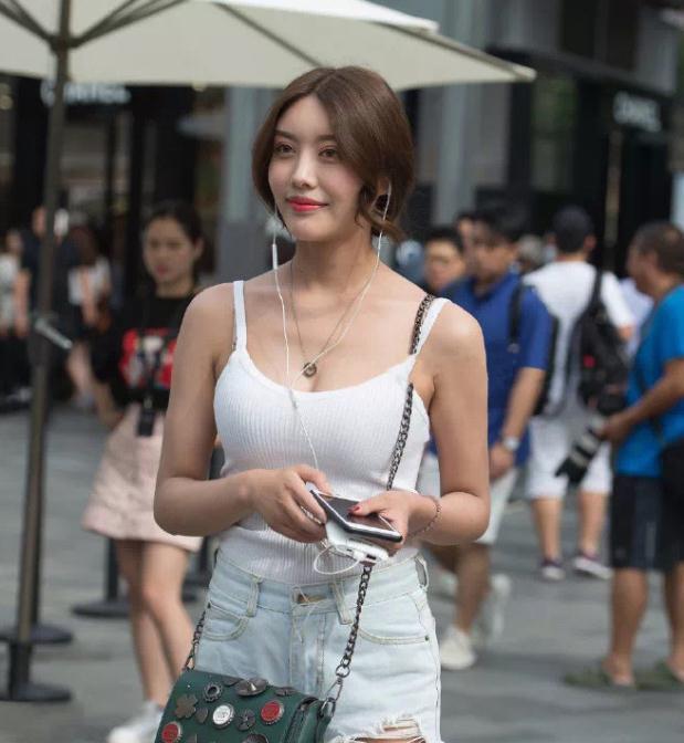 低马尾美女,白色背心被她穿出来温柔气质范!