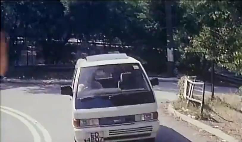 星爷躲过两个女人的暴击,汽车撞过来都伤不到他,竟败给一个鸟蛋