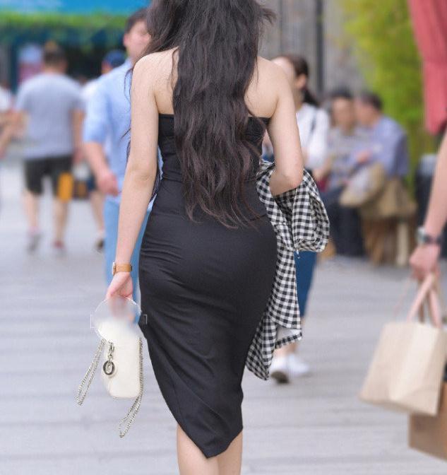 今夏很火穿搭,时尚女神穿黑色秀腿的开叉裙