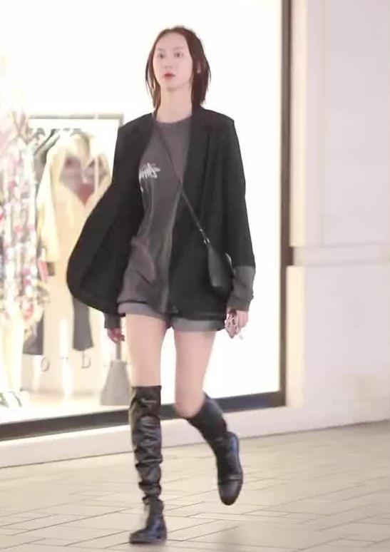 街拍:小姐姐身穿灰色T恤搭黑色外套配短裙,青春时尚有气质