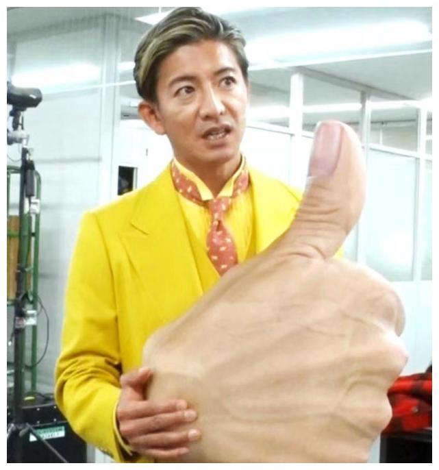 48岁木村拓哉参加活动,柠檬黄西装变精神小伙,大眼有神状态绝佳