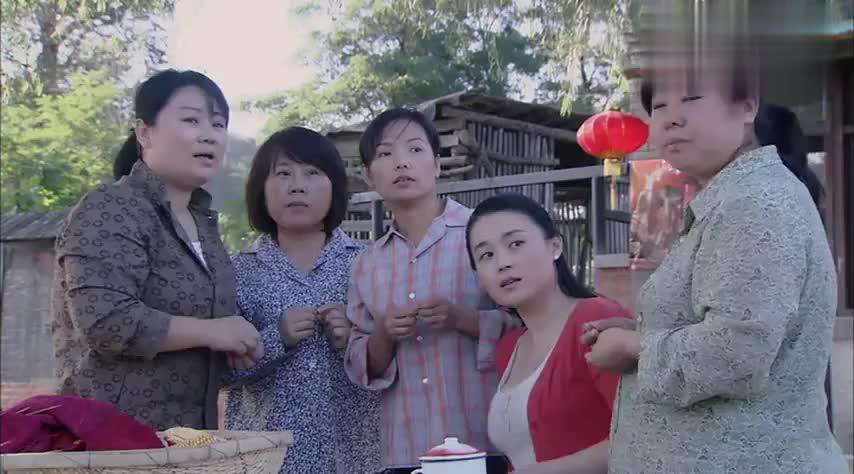 村里人都在议论红红,只是为了一双球鞋去劳累父母,红红有苦难言