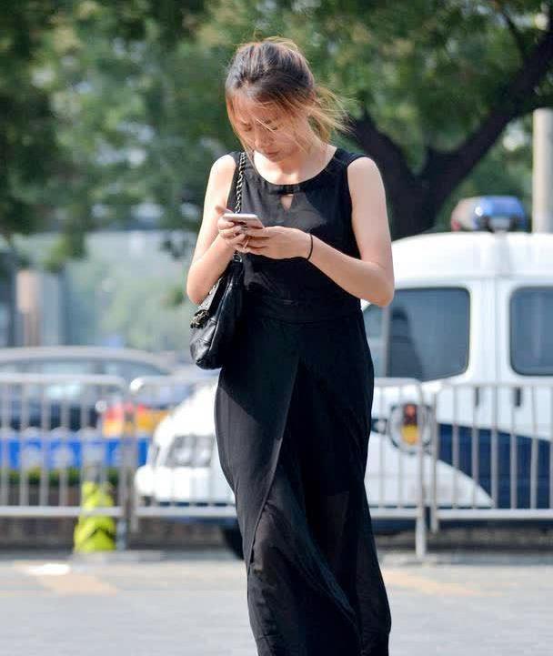 红色一字带细高跟,搭配黑色纱料连衣长裤,三十以上会更显气质