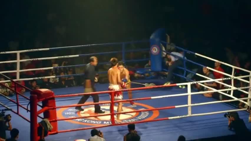 中国小将实力太强,全场追着暴打泰拳王,拳拳击中40秒轻松KO