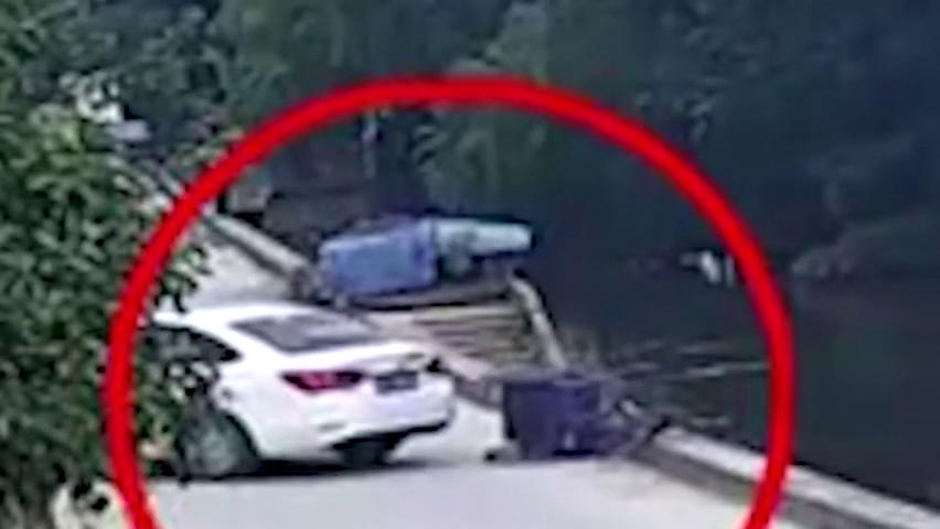 太难了!苏州8旬老奶奶,被倒车的汽车撞入河中!