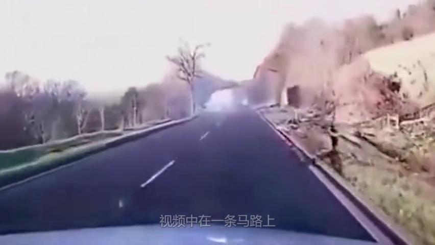 司机真的眼瞎,不看后视镜,也不打转向灯,瞬间造成惨烈车祸!