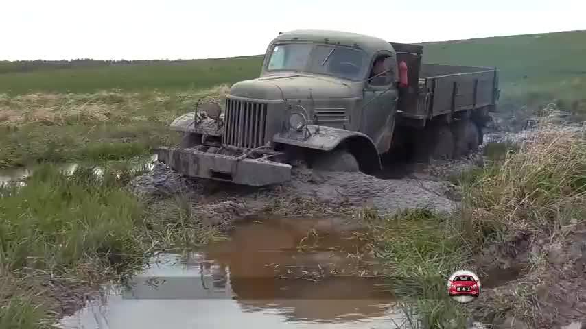 军用卡车的性能有多强?过沼泽地时,奔驰和路虎都是弟弟!
