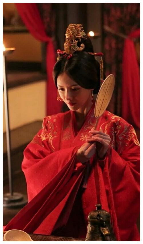 张芷溪红衣,蔡少芬红衣,蒋勤勤红衣,刘亦菲红衣,谁最惊艳?