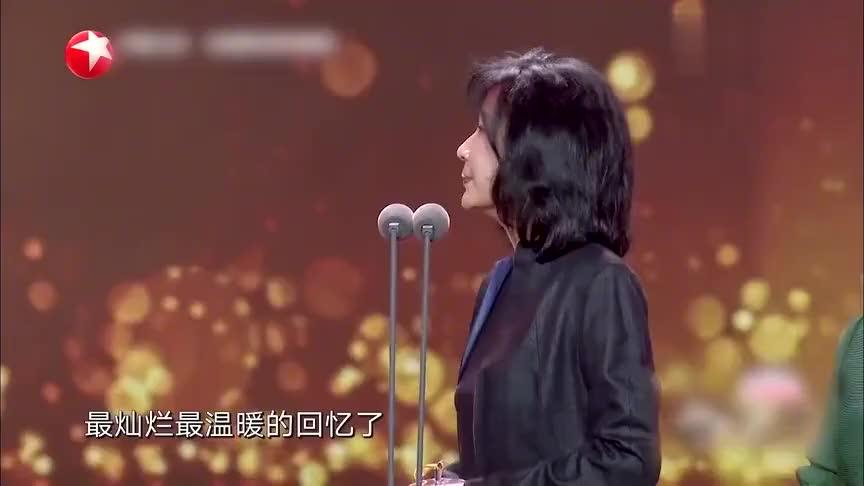 颁奖典礼上现场众星齐唱《军港之夜》苏小明感动落泪!