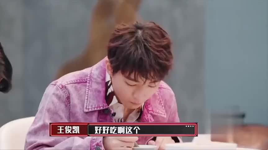 谢霆锋在公司煲汤,王俊凯直呼好吃。萧敬腾更是一饮而尽!