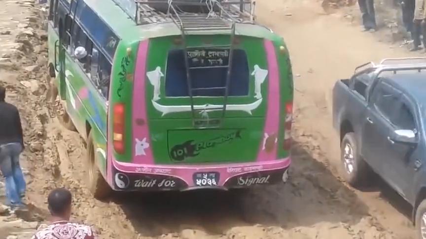最有才华的巴士司机在最困难道路上的驾驶技巧,老司机最牛!