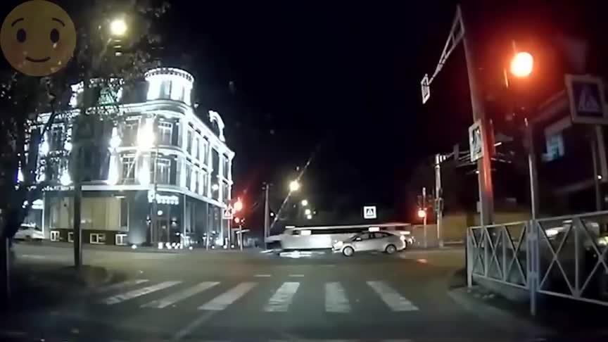 夜间行驶要注意安全,不要存在侥幸心理,否则害的就是自己!