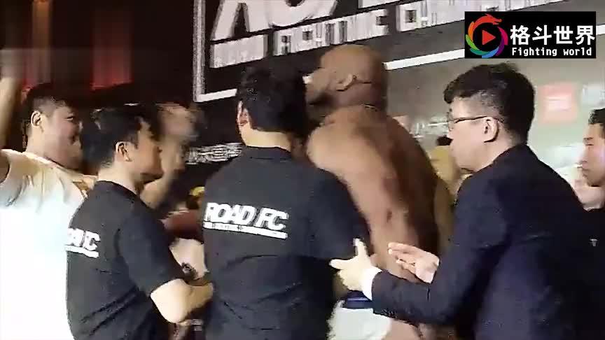 """美国""""野兽""""扬言在中国没对手,敖日格勒怒上擂台30秒KO教做人"""
