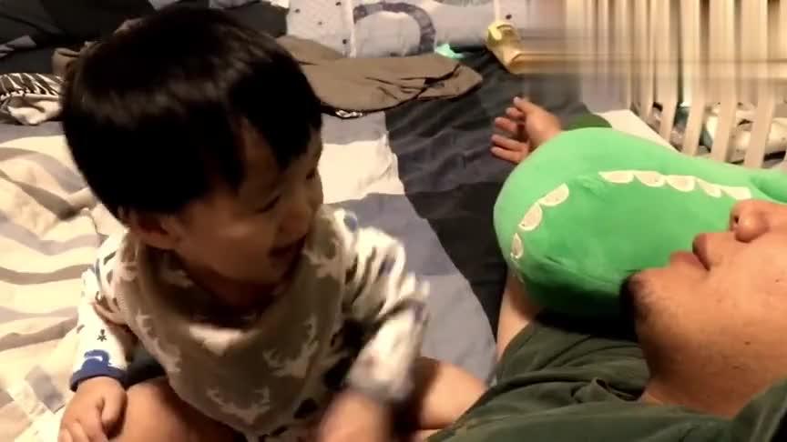 可爱宝宝:妈妈说了要分享玩具,粑粑你看这么分享您还满意吗?