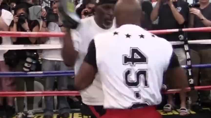 梅威瑟最具争议一战,趁对手道歉KO对手,至今仍有拳迷对此不满