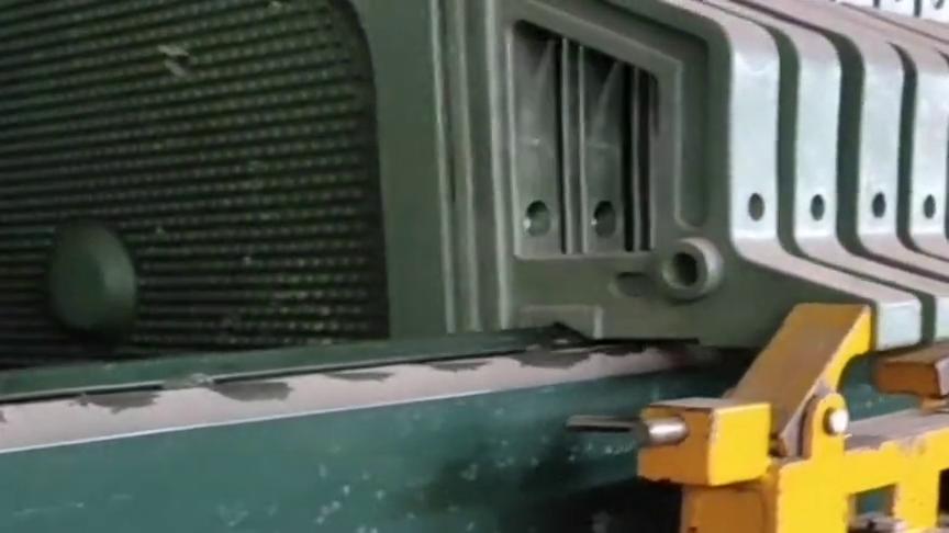 厂里的老师傅,设计的自动推板小黄车,这操作也真是没谁了!