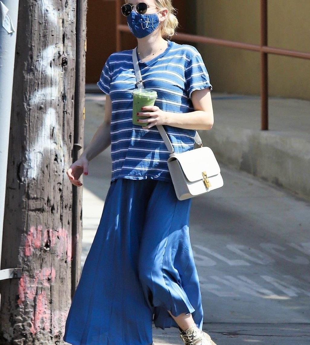 艾玛·罗伯茨穿蓝色条纹T恤搭配亮面蓝裙,清新时尚,孕味十足