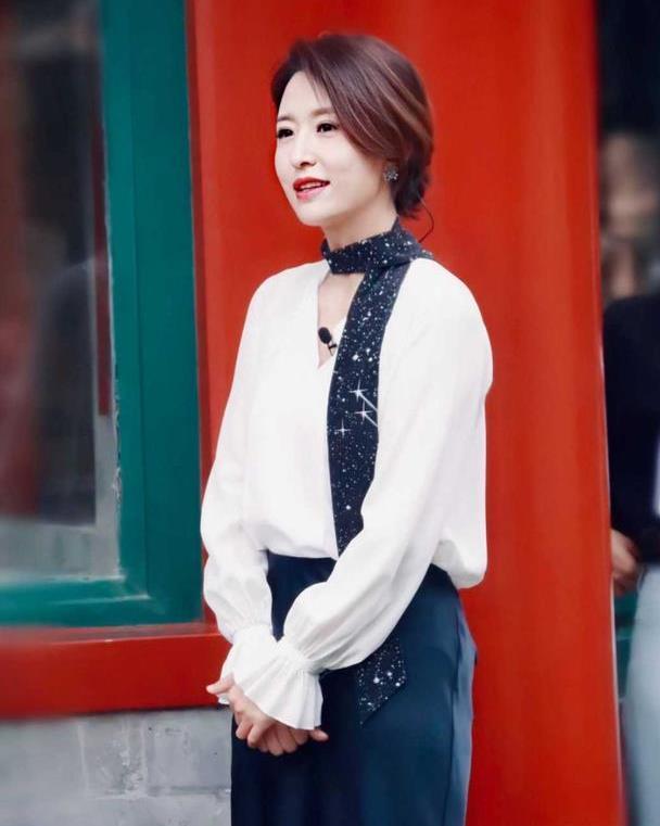 张蕾是优雅女性穿搭楷模,白衬衫配丝巾高级大气,教科书般气质