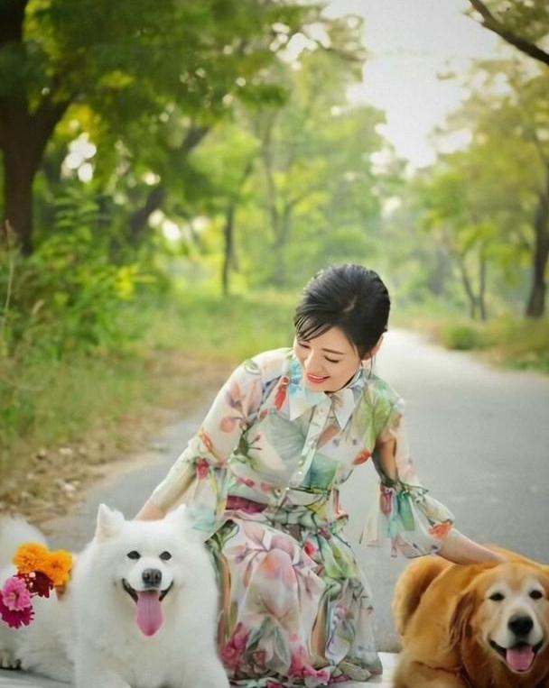 被周涛的美惊艳到,穿印花雪纺连衣裙配麻花辫高贵典雅,美极了