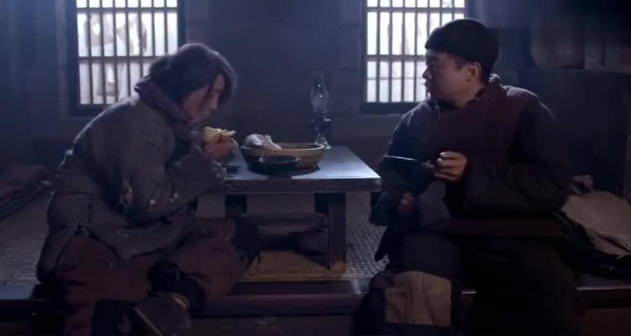 男子带女乞丐回家,给吃给喝女乞丐我不走了