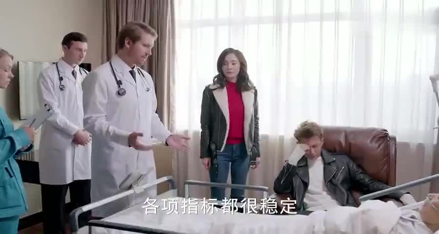 小伙看着病床上的母亲向女友道出家族往事,两人便紧紧相拥1
