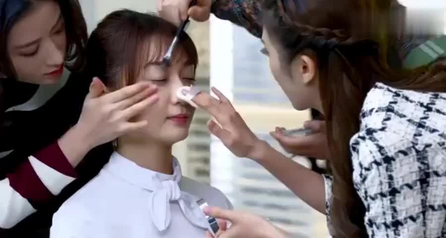 同事拿美女练手化妆,谁料总裁叫美女去办公室,总裁一抬头傻眼了