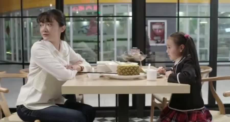 美女老师带蓝妞去吃饭,不料竟发生了意外,小萝莉的举动吓坏美女