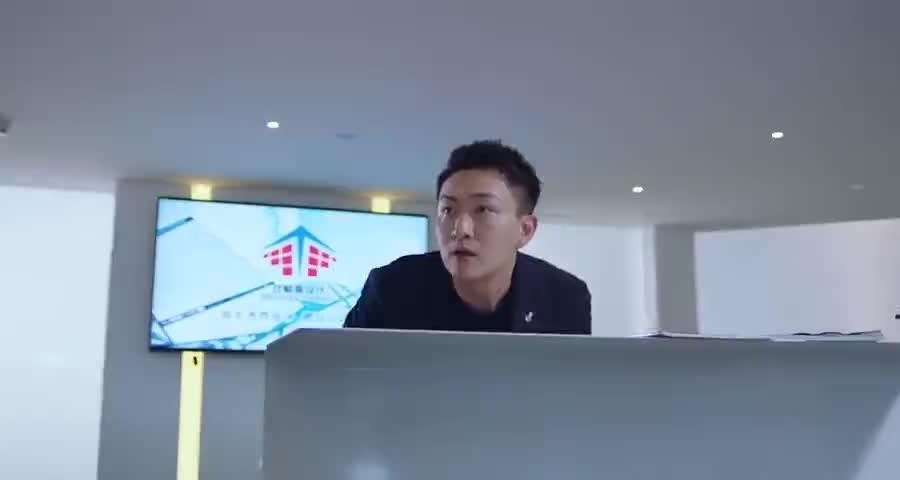 齐楠找不到了,大刘急了,让杨光去找人事要她住址