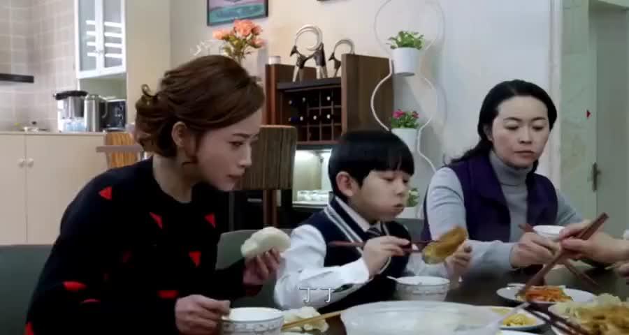 前妻赖在前夫家蹭吃蹭,喝全家人合起伙来整她,要把前妻气坏了