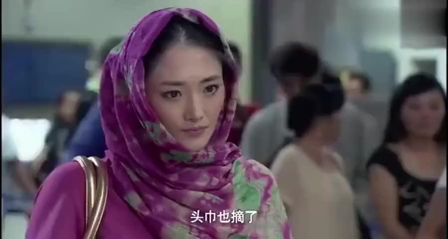 女子移民后不承认自己是中国人,看检护照人员如何教她做人
