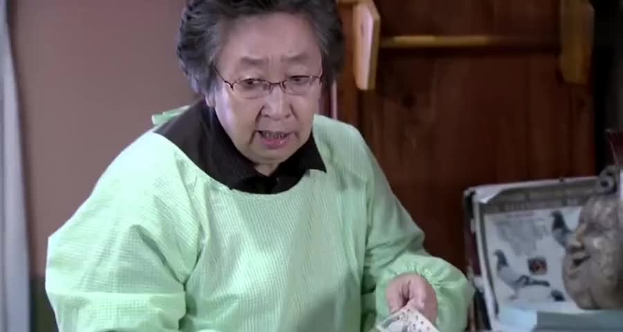 爷爷藏了10块私房钱,就被奶奶赶到客厅睡,儿子和孙子看笑了