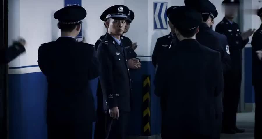 秦驰升职为副支队长,局长亲自为秦池授衔,场面霸气了