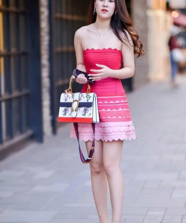 靓丽的美女,粉红色抹胸裙,穿出梦幻般的美