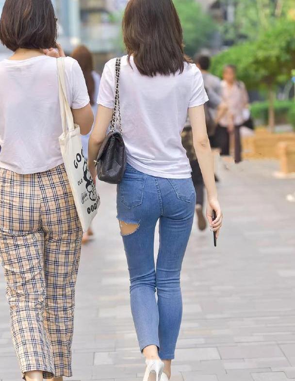 简约气质搭配,白色上衣搭配浅蓝紧身牛仔裤,另类又新颖!