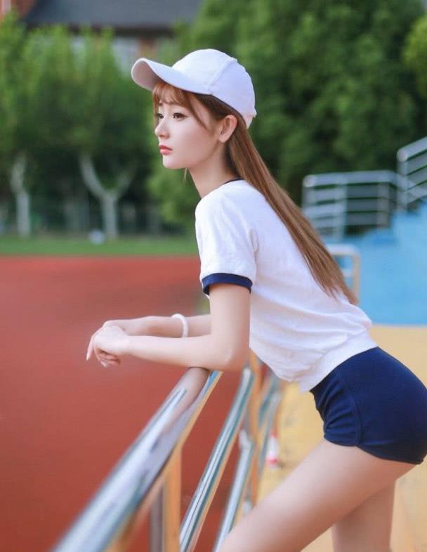 白色运动T恤配上深色短裤,趁着阳光明媚多出门走走