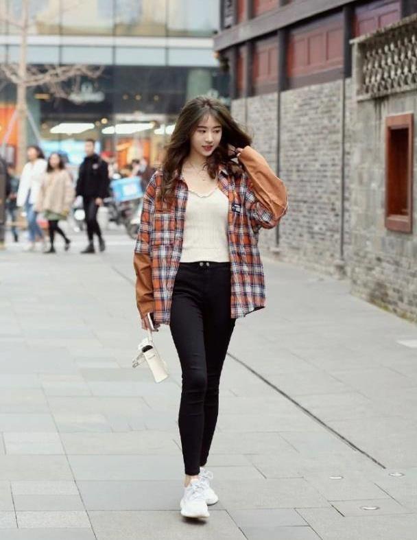 精致的裤型穿出十足品味,简洁不失青春气息,秀出不一般的精彩