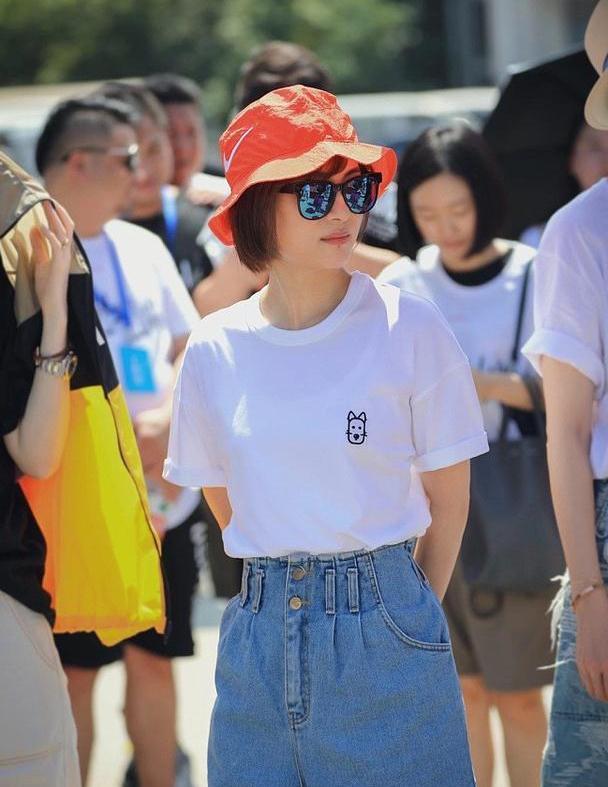 孙俪示范简单即时尚,穿白T恤配高腰短裤,37岁嫩度不输小姑娘