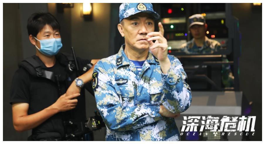 """62岁的""""李云龙""""真是低调 他在路边餐馆"""