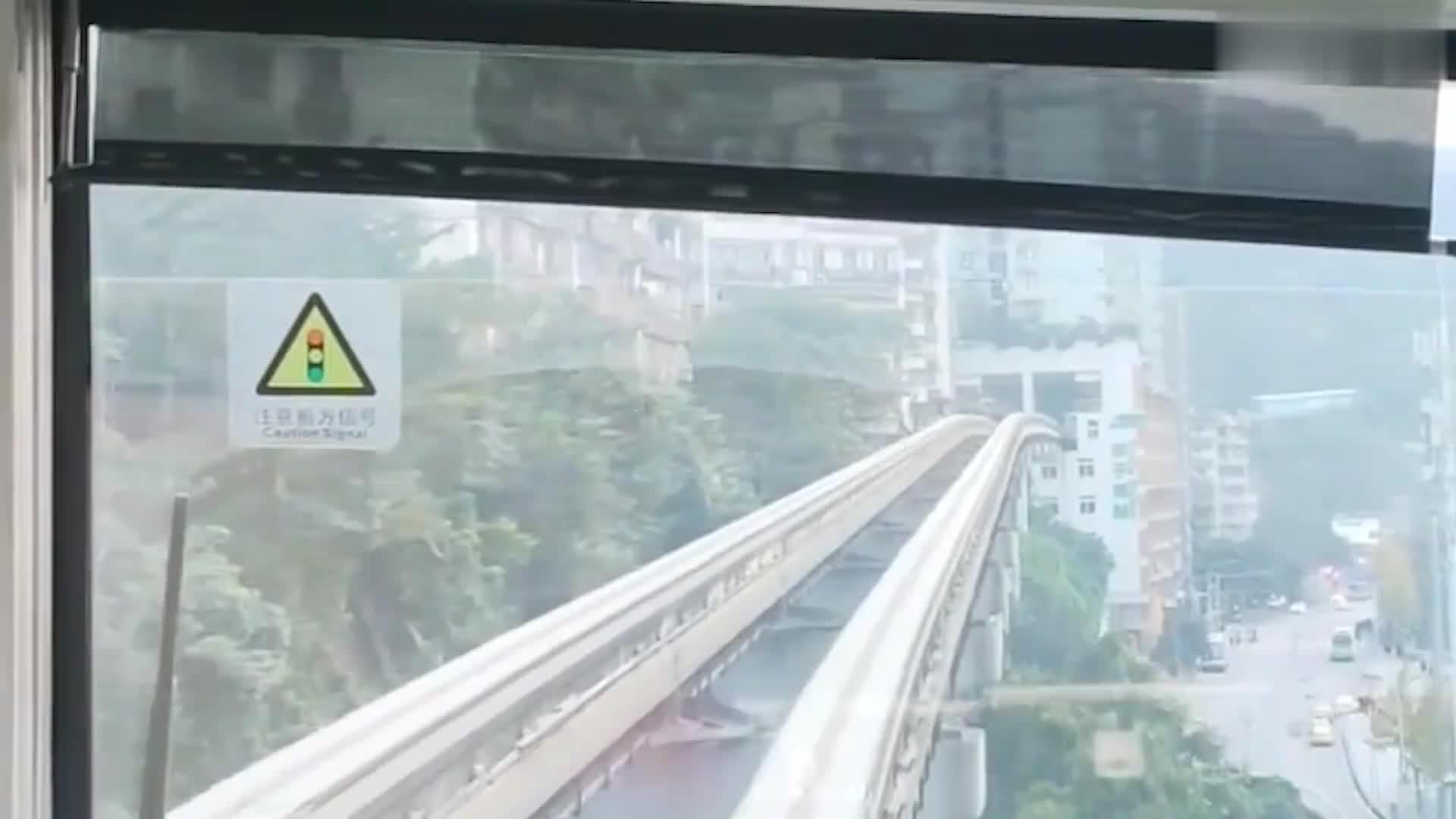 重庆李子坝轻轨站,从八楼穿梭而过,噪音却非常小