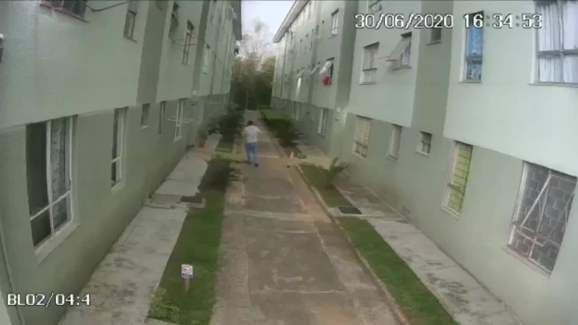 龙卷风过境,小巷监控拍下的画面