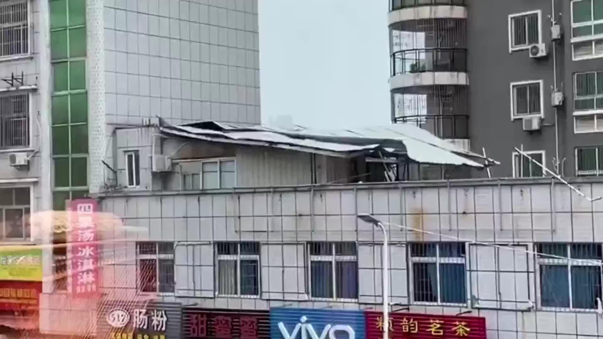 相距不足1米!福建台风掀翻屋顶,电动车驾驶员躲雨险被砸!